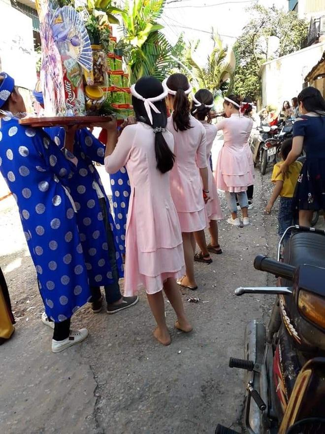 Dàn nữ bê tráp đám hỏi khiến dân mạng bức xúc vì khoảnh khắc đi chân đất - Ảnh 1.