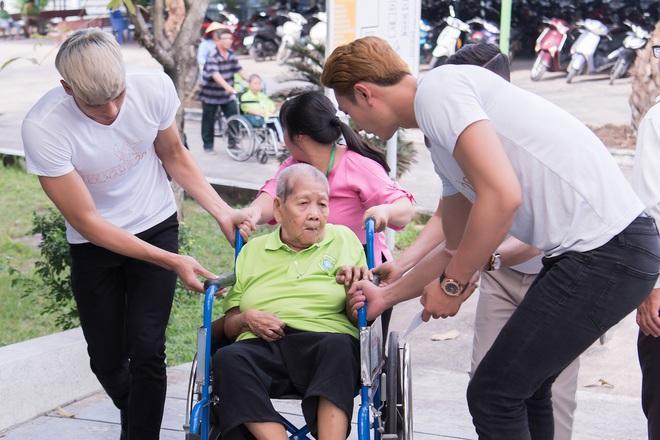 Nhã Phương, Phương Thanh và 2 trai đẹp Mister Việt Nam đi làm từ thiện - ảnh 7