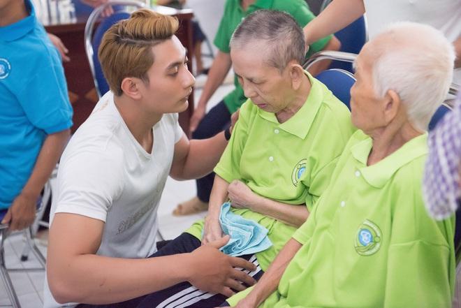 Nhã Phương, Phương Thanh và 2 trai đẹp Mister Việt Nam đi làm từ thiện - ảnh 5