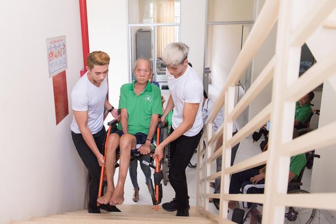 Nhã Phương, Phương Thanh và 2 trai đẹp Mister Việt Nam đi làm từ thiện - ảnh 4