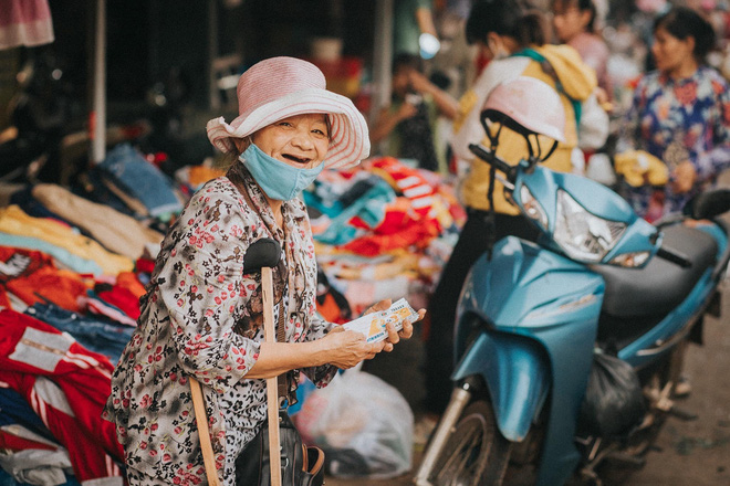 Nụ cười lạc quan của bà bán vé số dạo và món quà xúc động từ nhiếp ảnh gia - Ảnh 4.