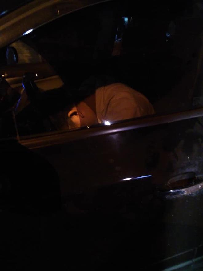 Bắt gặp tài xế gục xuống vô lăng lúc nửa đêm, người đàn ông có 3 hành động khiến tất cả thán phục - Ảnh 1.