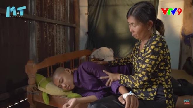 NSND Hồng Vân bật khóc trước người mẹ nhặt ve chai bán máu nuôi con ung thư não - Ảnh 1.