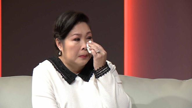 NSND Hồng Vân bật khóc trước người mẹ nhặt ve chai bán máu nuôi con ung thư não - Ảnh 4.