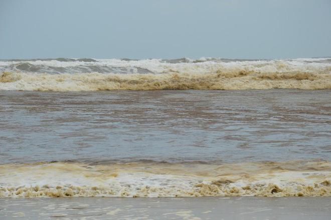 Quảng Ngãi: Nước biển đổi màu lạ, nổi bọt vàng bất thường - Ảnh 4.