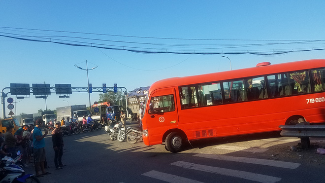 Xe tải cẩu tông xe khách, đẩy đi hàng chục mét, 5 người bị thương nặng ở Sài Gòn  - Ảnh 2.