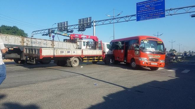 Xe tải cẩu tông xe khách, đẩy đi hàng chục mét, 5 người bị thương nặng ở Sài Gòn  - Ảnh 1.