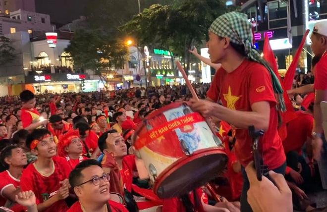 Người Sài Gòn nhảy múa ăn mừng U22 Việt Nam tiến dễ dàng vào chung kết - Ảnh 3.