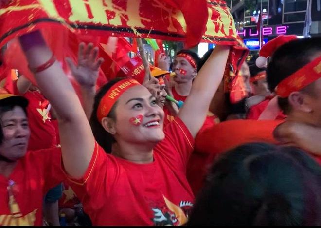Người Sài Gòn nhảy múa ăn mừng U22 Việt Nam tiến dễ dàng vào chung kết - Ảnh 4.