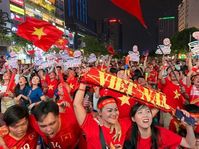 Người Sài Gòn nhảy múa ăn mừng U22 Việt Nam tiến dễ dàng vào chung kết - Ảnh 5.