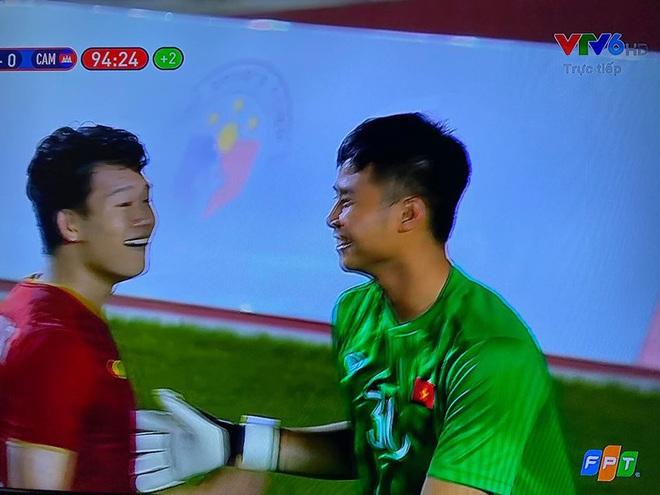 Hình ảnh Văn Toản cản phá penalty thành công được chia sẻ chóng mặt, nụ cười của anh là điểm nhấn đặc biệt  - Ảnh 4.