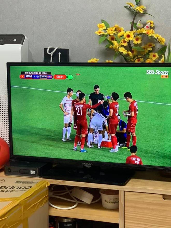 Truyền hình Hàn Quốc chiếu trận của Việt Nam, cả dãy phố treo cờ Việt, CĐV Hàn phấn khích: Chờ thời khắc lịch sử - ảnh 2