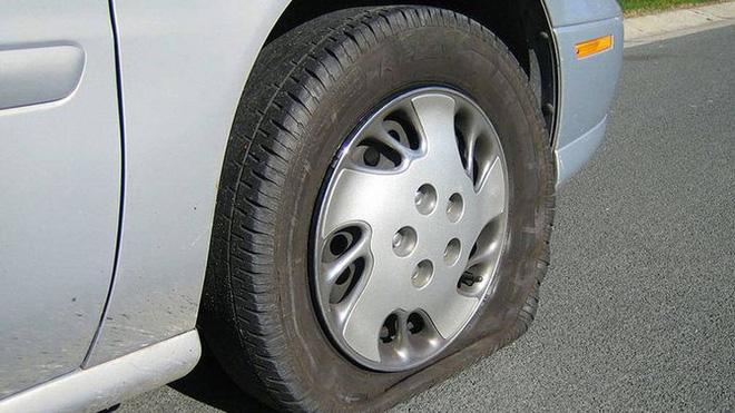 Lý do lốp dự phòng ô tô chỉ nên sử dụng trong thời gian ngắn - Ảnh 1.