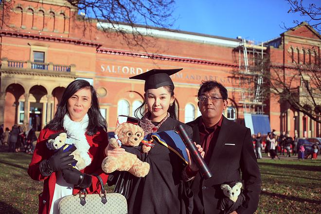 Bố mẹ Lê Âu Ngân Anh xúc động trong ngày con gái nhận bằng thạc sỹ tại Anh - ảnh 5