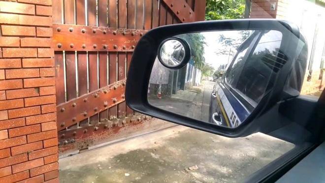 Kỹ thuật lái xe ô tô tránh va quệt khi đi vào ngõ nhỏ - Ảnh 3.