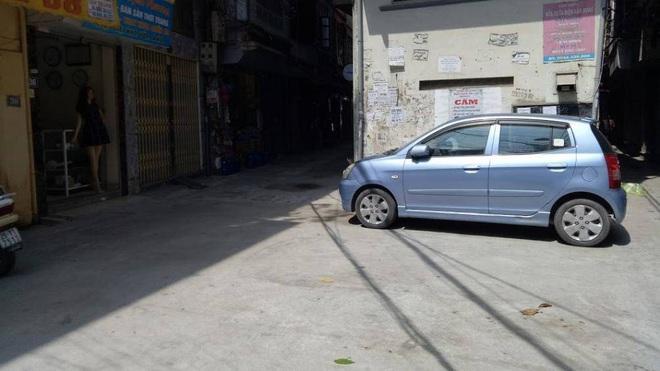 Kỹ thuật lái xe ô tô tránh va quệt khi đi vào ngõ nhỏ - Ảnh 1.