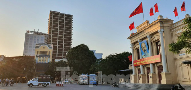 Tòa nhà chọc trời bỏ hoang giữa trung tâm thành phố Hải Phòng - Ảnh 1.