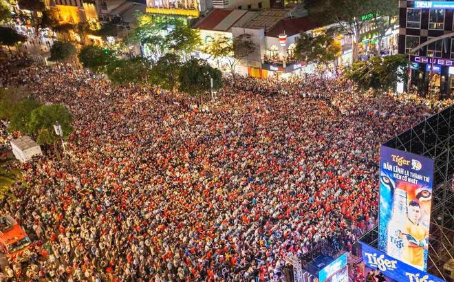 Hàng vạn CĐV đổ ra đường cổ vũ U22 Việt Nam, tin thầy trò HLV Park sẽ vô địch SEA Games