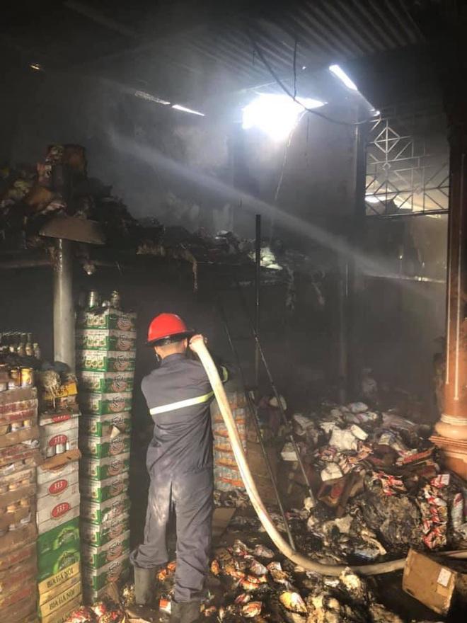Cháy cửa hàng tạp hóa, hàng trăm người dân xông vào cứu hàng hóa giúp chủ nhà - Ảnh 1.