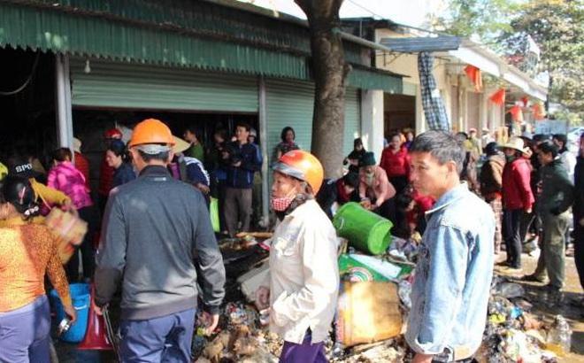 Cháy cửa hàng tạp hóa, hàng trăm người dân xông vào cứu hàng hóa giúp chủ nhà