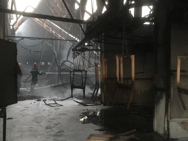 Công ty gỗ rộng hàng ngàn m2 trong khu công nghiệp bị thiêu rụi lúc rạng sáng - Ảnh 2.
