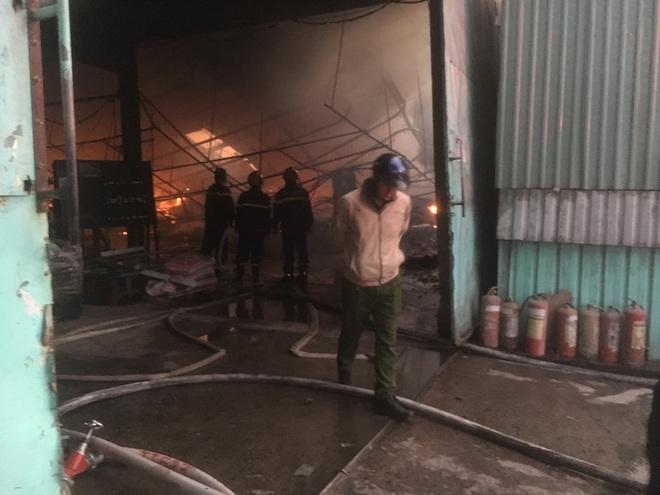 Công ty gỗ rộng hàng ngàn m2 trong khu công nghiệp bị thiêu rụi lúc rạng sáng - Ảnh 1.