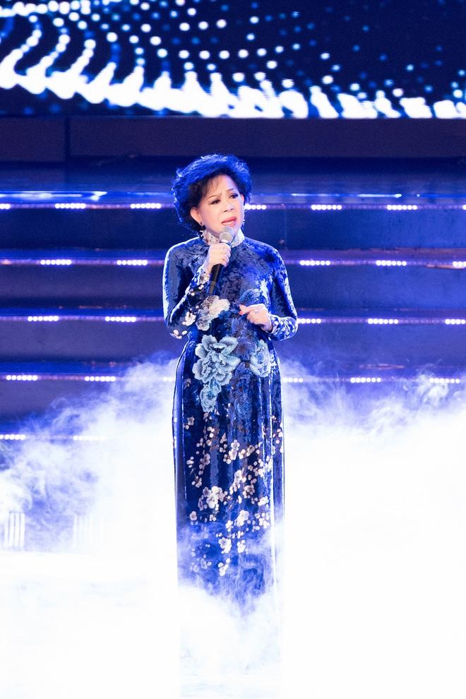 Liveshow Trăm nhớ ngàn thương: Ca sĩ Ngọc Sơn hát sung, quỳ giữa sân khấu khi tiết mục kết thúc - ảnh 1
