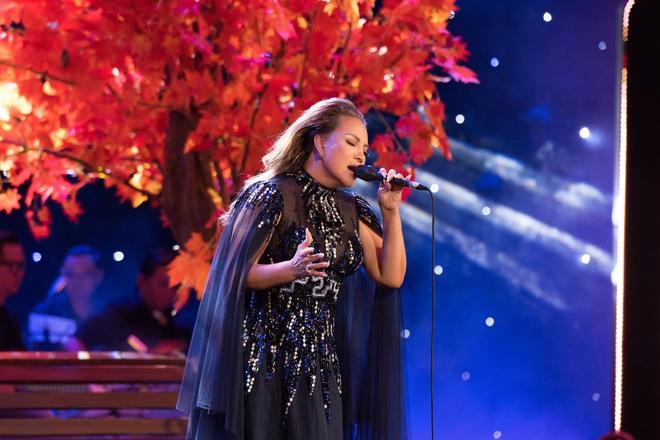 Liveshow Trăm nhớ ngàn thương: Ca sĩ Ngọc Sơn hát sung, quỳ giữa sân khấu khi tiết mục kết thúc - ảnh 2