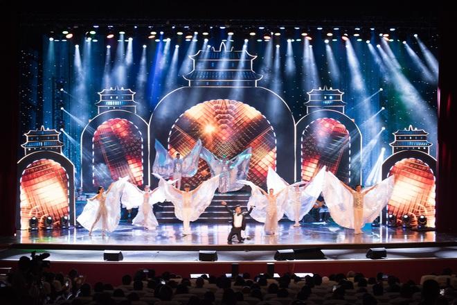 Liveshow Trăm nhớ ngàn thương: Ca sĩ Ngọc Sơn hát sung, quỳ giữa sân khấu khi tiết mục kết thúc - ảnh 4