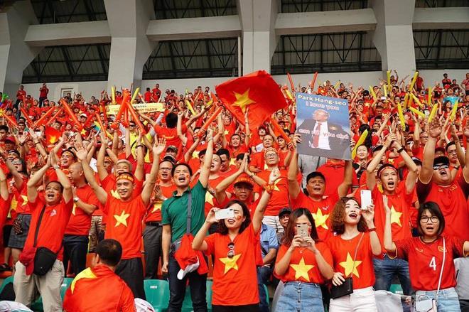 Nửa đêm, hàng ngàn người đòi đi Philippines, cháy tour cổ vũ đội tuyển - Ảnh 2.