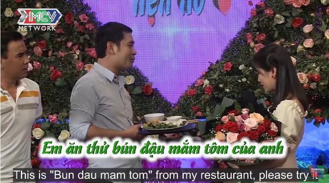 Bạn muốn hẹn hò: Món quà chàng trai mang theo khiến MC Quyền Linh liền cầm xuống sân khấu - ảnh 1