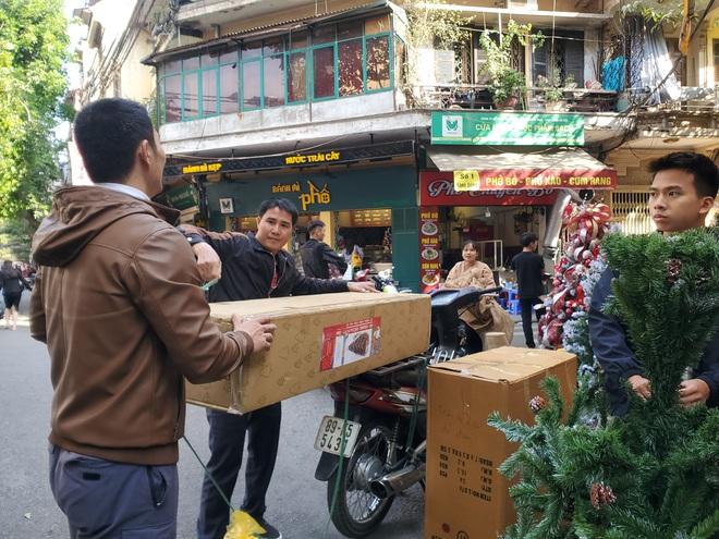 Cận Giáng sinh, cây thông Noel khổng lồ hét giá 120 triệu đồng - Ảnh 5.