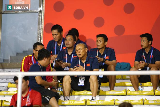 Đi cổ vũ đội tuyển nữ, thầy Park đứng ngồi không yên, hò hét như lúc dẫn dắt U22 Việt Nam - Ảnh 3.