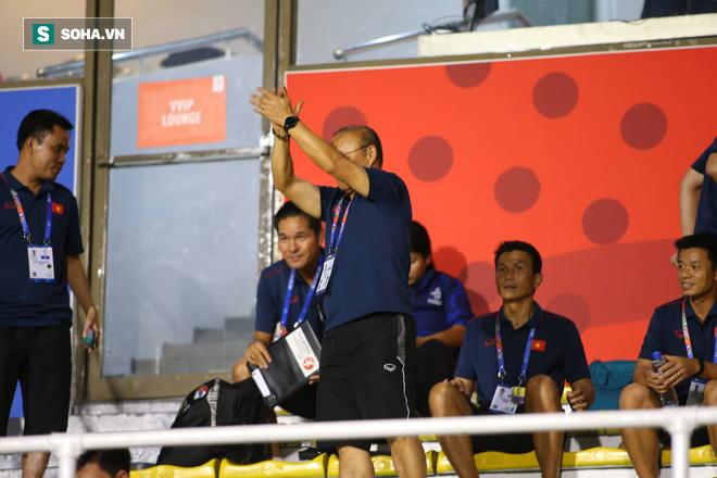 Đi cổ vũ đội tuyển nữ, thầy Park đứng ngồi không yên, hò hét như lúc dẫn dắt U22 Việt Nam - Ảnh 5.