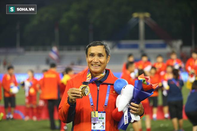 Đi cổ vũ đội tuyển nữ, thầy Park đứng ngồi không yên, hò hét như lúc dẫn dắt U22 Việt Nam - Ảnh 6.