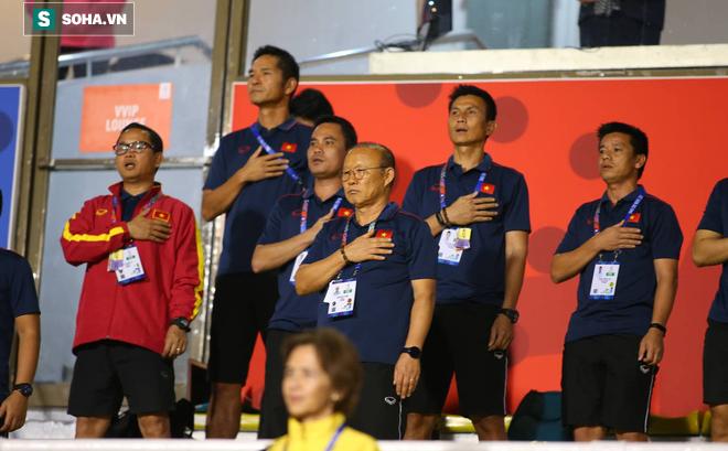 Đi cổ vũ đội tuyển nữ, thầy Park đứng ngồi không yên, hò hét như lúc dẫn dắt U22 Việt Nam