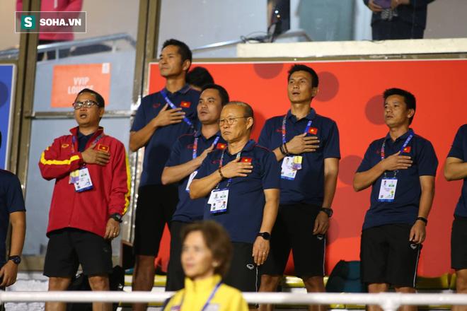 Đi cổ vũ đội tuyển nữ, thầy Park đứng ngồi không yên, hò hét như lúc dẫn dắt U22 Việt Nam - Ảnh 2.