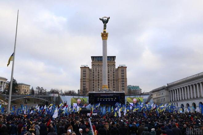 1 vạn người biểu tình ở Kiev, TT Ukraine bị đe dọa lật đổ nếu đầu hàng trước ông Putin - Ảnh 1.