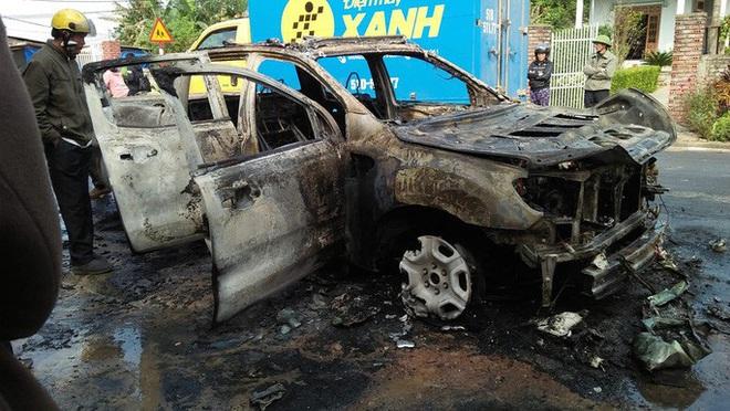 Ô tô bán tải bốc cháy trơ khung, nữ tài xế khóc nức nở - Ảnh 1.