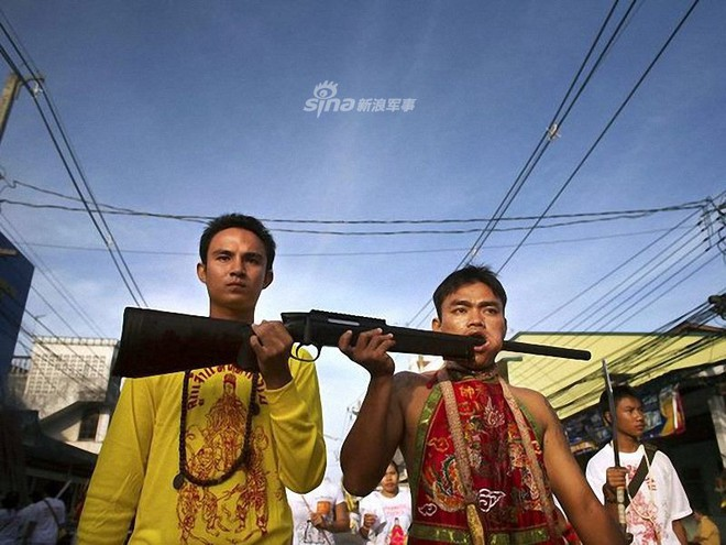 Những màn hành xác với súng kinh hoàng nhất thế giới - Ảnh 4.