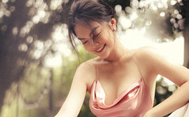 Phạm Quỳnh Anh khoe vai thon, lưng trần quyến rũ