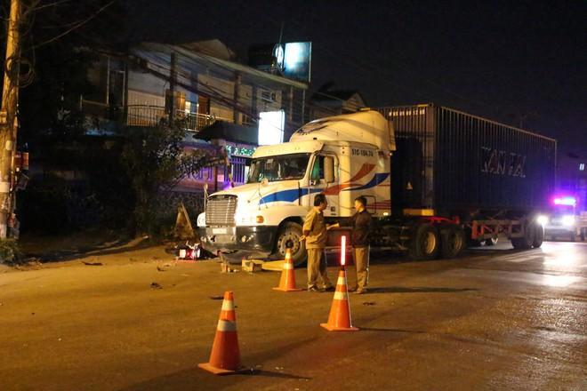2 thanh niên thương vong dưới gầm xe container sau tiếng động lớn - Ảnh 2.