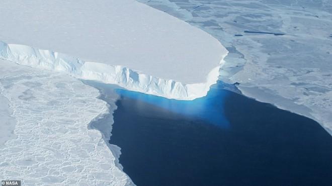 Bí ẩn lỗ hổng nuốt chửng 14 tỷ tấn băng trên dòng sông nguy hiểm bậc nhất thế giới - Ảnh 2.