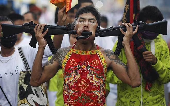 Những màn hành xác với súng kinh hoàng nhất thế giới - Ảnh 7.