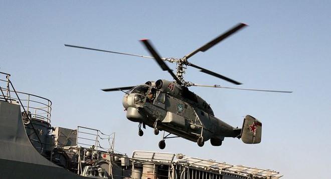 'Lão tướng' săn ngầm Ka-27 đáp xuống tàu chiến trong thời tiết xấu - Ảnh 1.