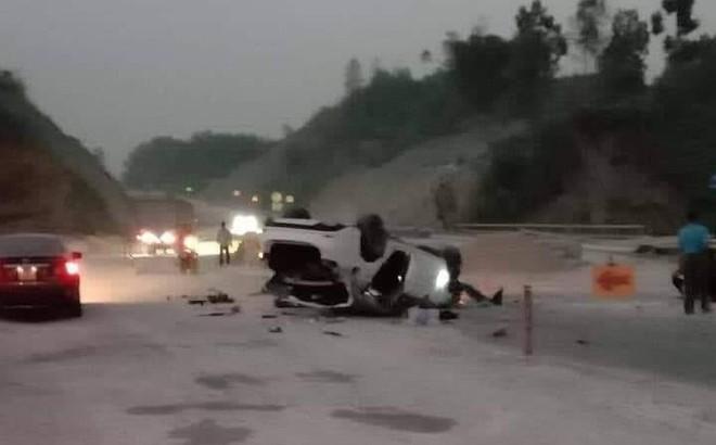 Mazda 6 lật trên cao tốc Nội Bài - Lào Cai, 3 người bị thương