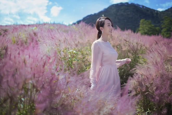 Hoa hậu hài Thu Trang khoe vẻ gợi cảm, mặn mà dịp đầu năm - Ảnh 4.