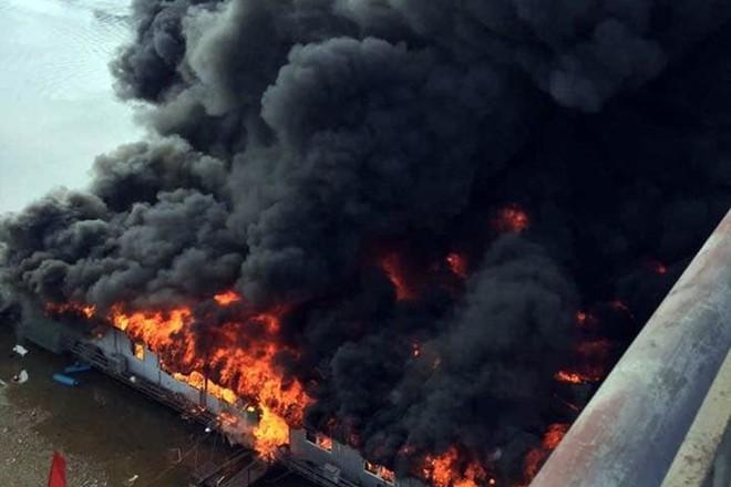 Cận cảnh biển lửa thiêu rụi nhà hàng nổi trên sông Lô ngày mùng 6 Tết - Ảnh 1.