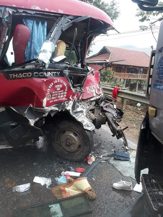 Xe khách đối đầu xe tải, người dân đạp cửa cứu các hành khách đang hoảng loạn ra ngoài - Ảnh 2.