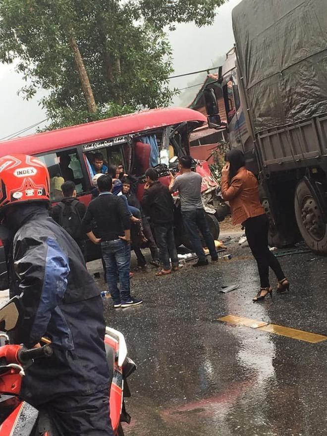 Xe khách đối đầu xe tải, người dân đạp cửa cứu các hành khách đang hoảng loạn ra ngoài - Ảnh 5.